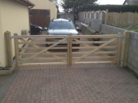 Double 6 bar gates onto Pyramid top Posts